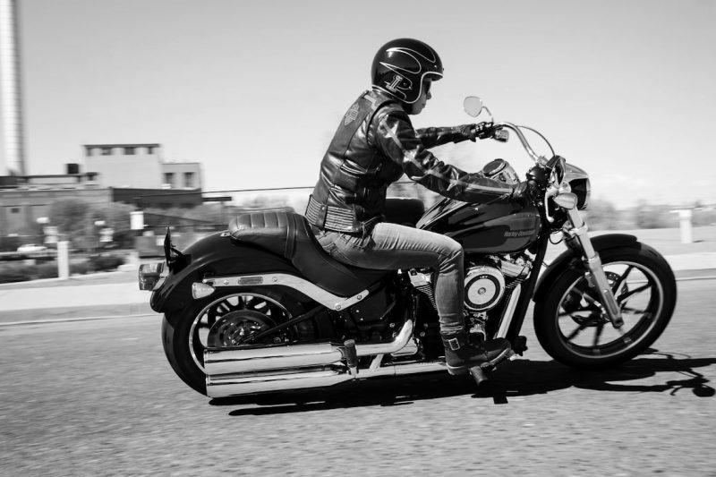 Motociclista montando motocicleta en la calle