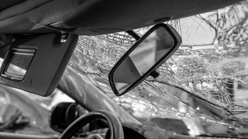 Secuelas de accidentes automovilísticos que muestran el parabrisas roto