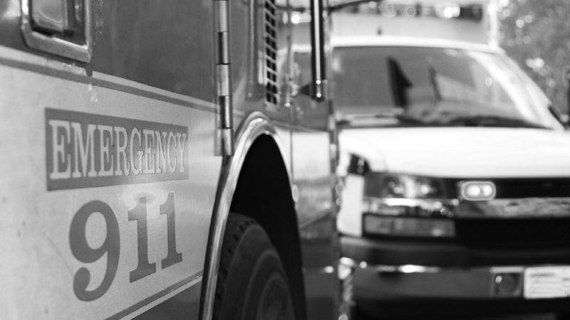 Escena de emergencia con un motor de bomberos y una ambulancia