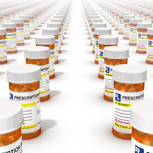 Botellas de píldoras graduadas alineadas